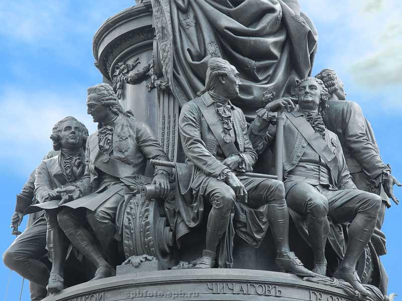 У основания памятника Екатерине II